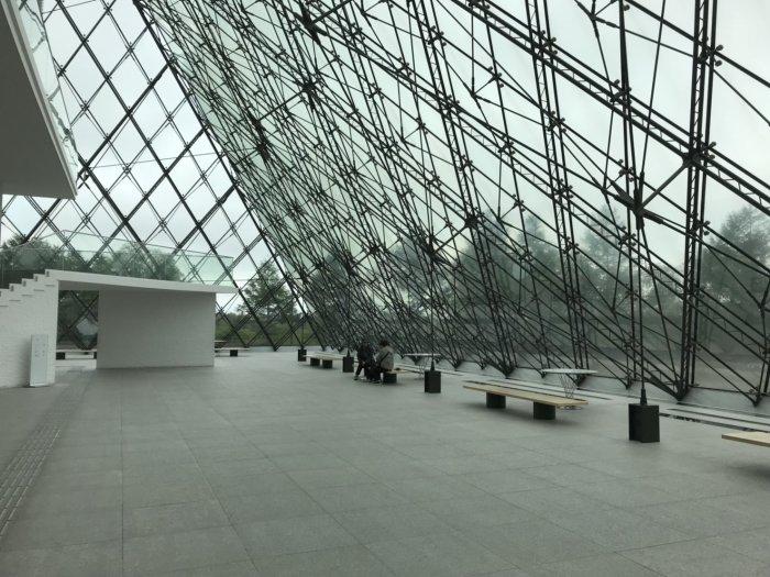 ガラスのピラミッドの中