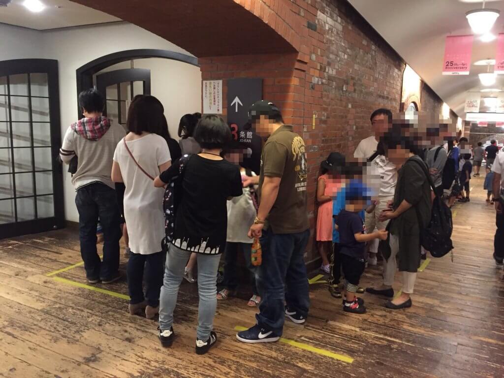 「サワレルハチュウルイ展」開店前の長蛇の列の様子