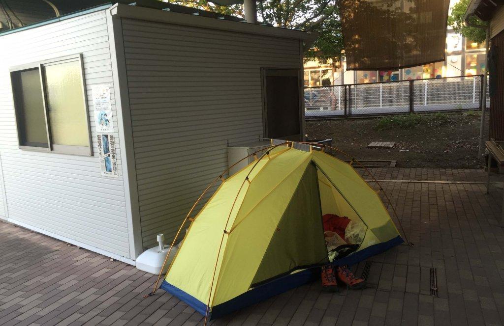 テントで野宿している様子