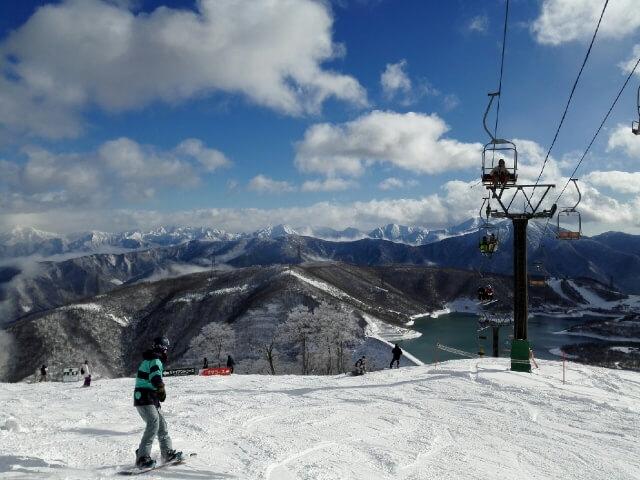 スキー場でスノーボードしている様子