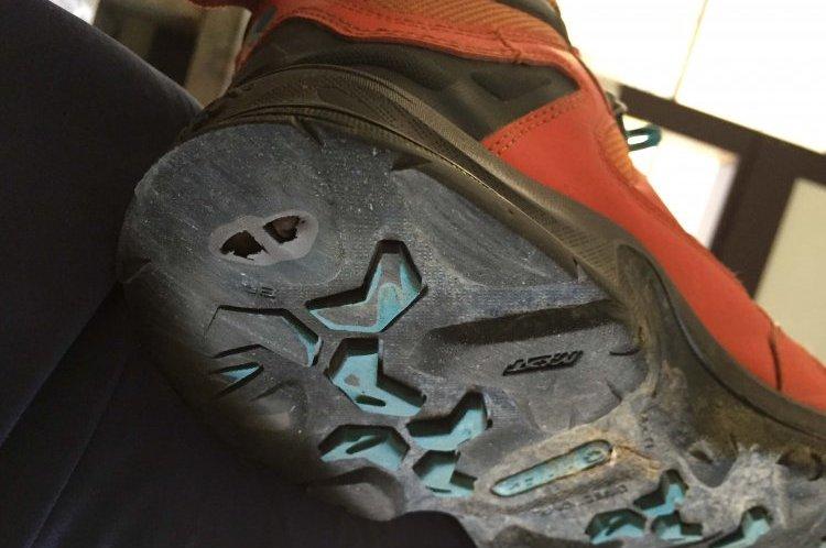 靴に空いた穴