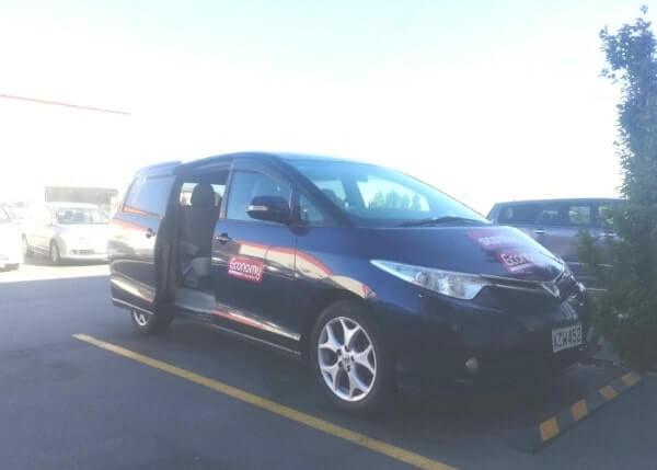 ニュージーランドのクライストチャーチ空港にあるレンタカーの送迎場所に来た車