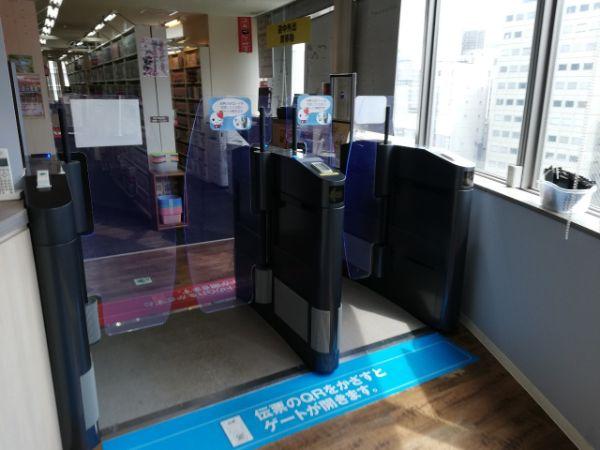 無人の自遊空間にある自動改札機