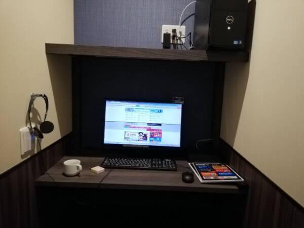 ネットカフェ「自遊空間」の完全個室にあるパソコン