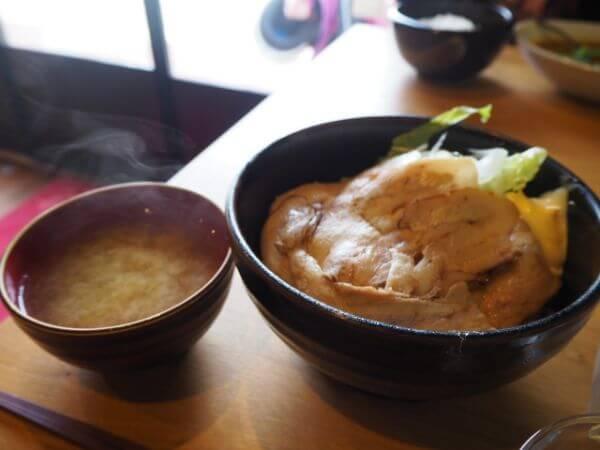 礼文島のカフェ「cafe Ru-We」の豚バラチャーシュー丼