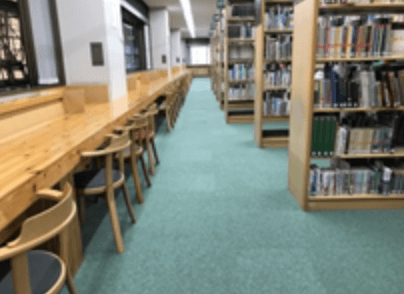 札幌中央図書館の窓際カウンター席