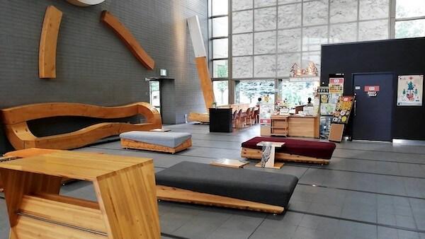 札幌中央図書館のロビー