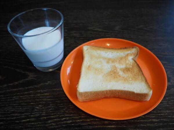 「ushiyado」の牛乳とパン