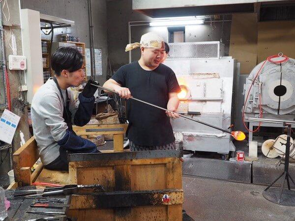 吹きガラスを体験したガラス工房「小樽il PONTE(イルポンテ)」で体験してる様子